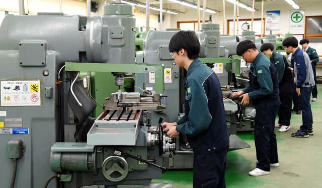 기계과 밀링실습실에서 김우경 교사 지도로 3학년 조명래 학생 등이 범용밀링을 이용한 정밀가공 실습을 하고 있다.
