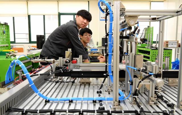 전자기계과 실습실에서 2학년 김경환, 박지우 학생이 공장제어 시스템 프로그래밍과 PLC 운영을 실습하고 있다.