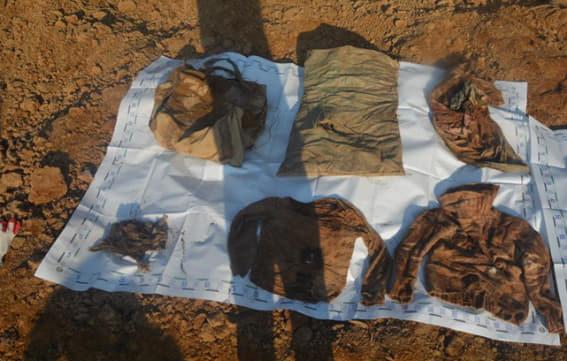 지난해 1월 경남 합천군 무곡리 한 야산에서 발견된 백골 여성과 함께 나온 여행용 가방, 쌀 포대, 보자기, 스웨터(왼쪽 위부터 시계 방향) 등이 현장에 놓여 있다. 연합뉴스