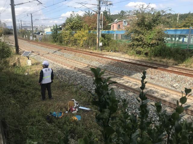 22일 오전 발생한 열차와 작업자들의 충돌로 선로작업 중 사망사고가 발생한 밀양역 도착 200미터 지점. 작업자들의 안전모가 떨어져 있다. /이슬기 기자/
