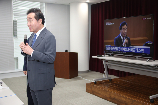 이낙연 국무총리가 23일 오전 일본 도쿄 주일한국문화원의 프레스센터를 방문해 기자들의 질문에 답하는 동안 TV에서 이 총리의 뉴스가 방송되고 있다. 연합뉴스