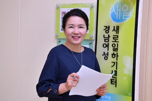 창원시 의창구 경남여성새로일하기센터 사무실에서 만난 정성희 센터장./전강용 기자/