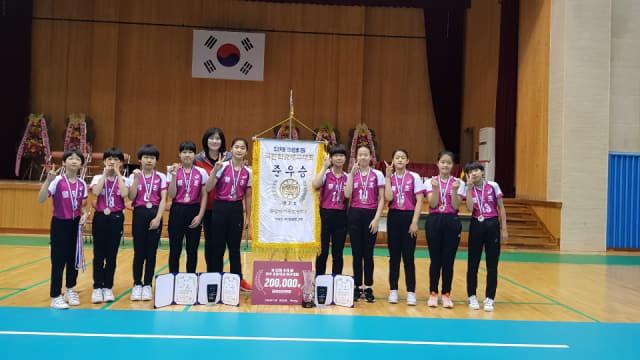 제52회 추계배 전국초등학교 배구대회에서 준우승을 차지한 월포초 여자 선수들이 기념사진을 찍고 있다./월포초/