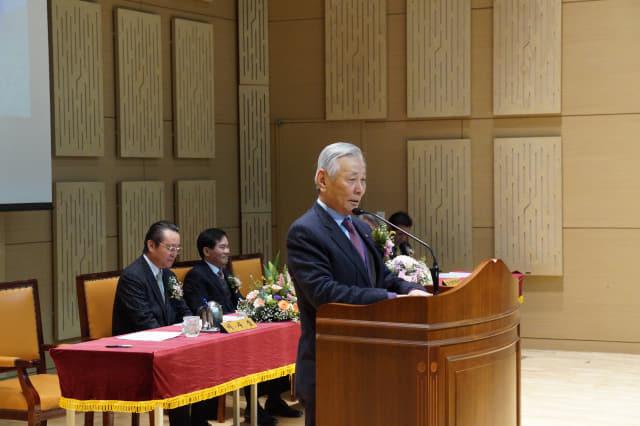 지난 2월 장 회장이 모교인 통영 동원고 졸업식에서 축사를 하고 있다.