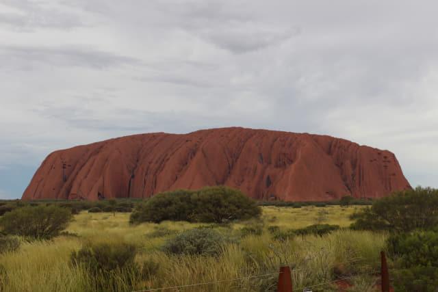 시각과 구름의 농도에 따라 색채가 변하는 바위 '울루루'. 하루 7차례 다른 모습을 볼 수 있다.