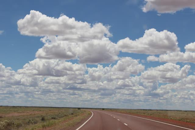 높은 하늘과 깨끗한 도로.