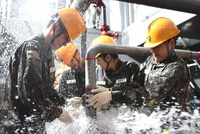30일 창원시 진해구 해군 제8전투훈련단 방수훈련장에서 제265기 해군 부사관 후보생들이 방수훈련을 하고 있다./해군/