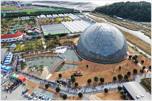 3일 거제섬꽃축제장을 찾은 관람객들이 정글돔에 입장하기 위해 긴 줄을 서고 있다. /거제시/