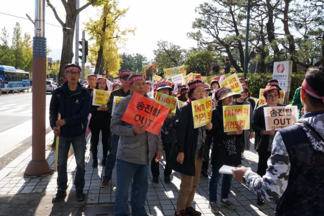 창원 북면 주민들이 5일 북면 송전탑의 주거밀집지 1㎞ 이격거리 보장을 요구하며 시위를 하고 있다.