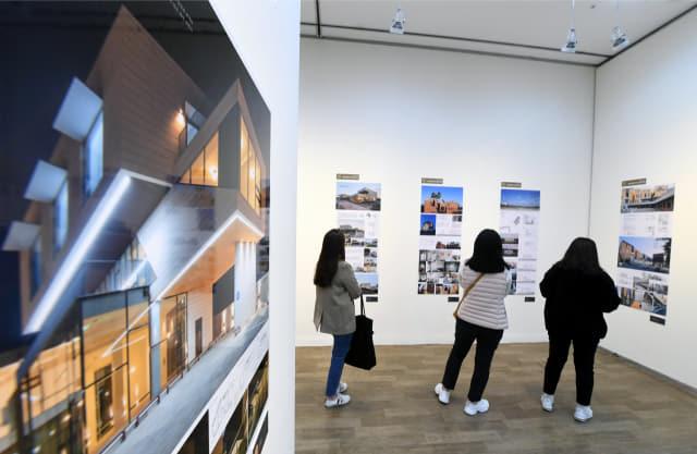 7일 오후 창원 3·15아트센터에서 개막된 '2019 경남건축문화제'에서 시민들이 건축 작품을 관람하고 있다. 전시는 제1·2·3전시실에서 10일까지 열린다./김승권 기자/