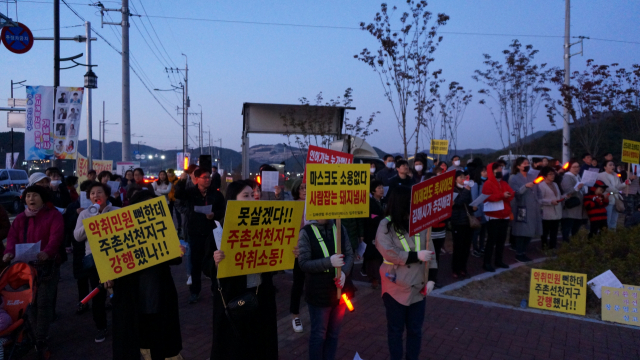 지난 8일 오후 김해 주촌교차로에서 센텀두산위브더제니스 아파트 주민들이 악취 문제 해결 촉구 집회를 하고 있다.
