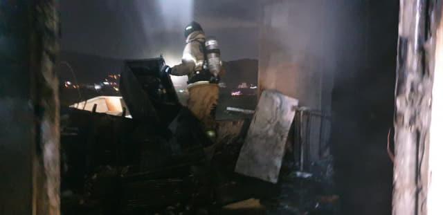 지난 11일 오후 김해 진례면의 한 상가주택에서 화재가 발생해 소방대원이 진화 작업을 벌이고 있다./경남소방본부/