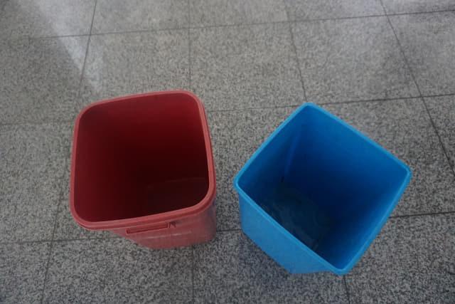 지난 11일 오전 함안 군북면사무소 청사 3층 천장에서 물이 떨어져 직원들이 바닥에 쓰레기통 2개를 받쳐 물을 받고 있다./김호철 기자/