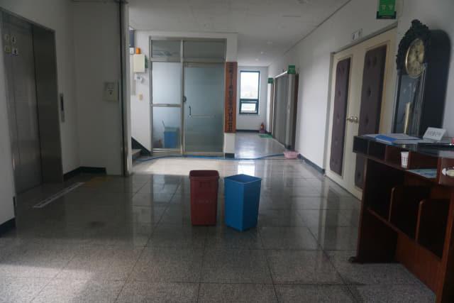 11일 오전 함안 군북면사무소 청사 3층 천장에서 물이 떨어져 직원들이 바닥에 쓰레기통 2개를 받쳐 물을 받고 있다./김호철 기자/