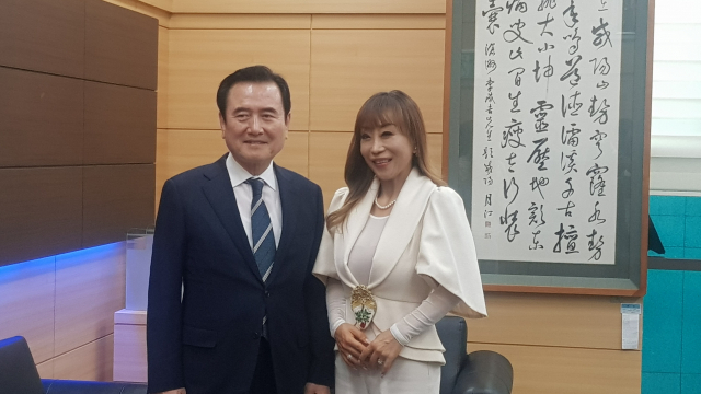 서춘수 함양군수와 성악가 조수미씨가 환담 후 기념촬영/서희원 기자/