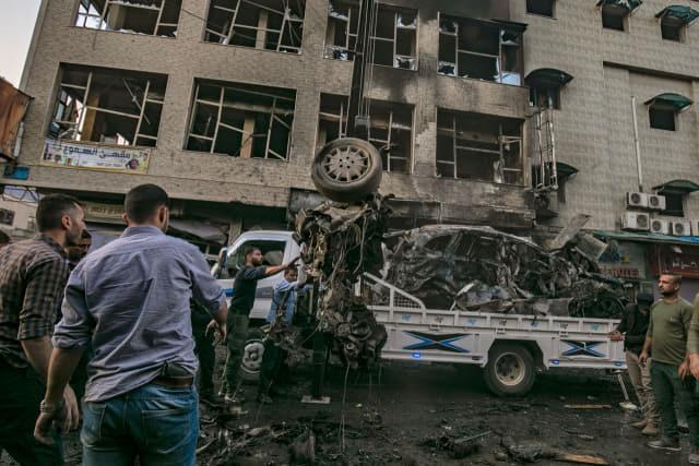 쿠르드 족의 사실상 수도인 시리아 북동부 도시 카미실리에서 11일(현지시간) 폭탄 테러가 발생한 직후 보안군 등이 현장에 출동해 있다./연합뉴스/