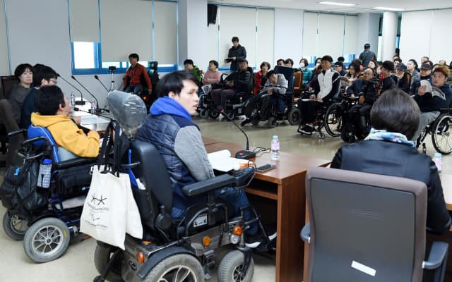 14일 창원시의회 제2별관에서 창원시 교통약자 이동권 문제 해결을 위한 간담회가 열리고 있다./성승건 기자/