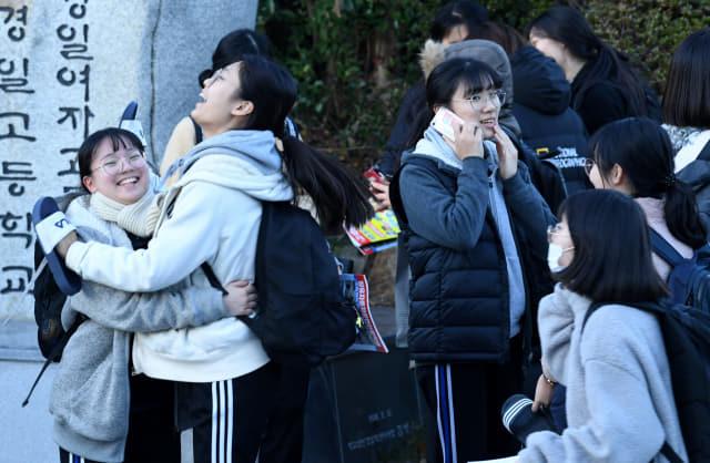 수능일인 14일 창원시 경일고·경일여고에서 시험을 마친 수험생들이 밝은 표정으로 나오고 있다./성승건 기자/