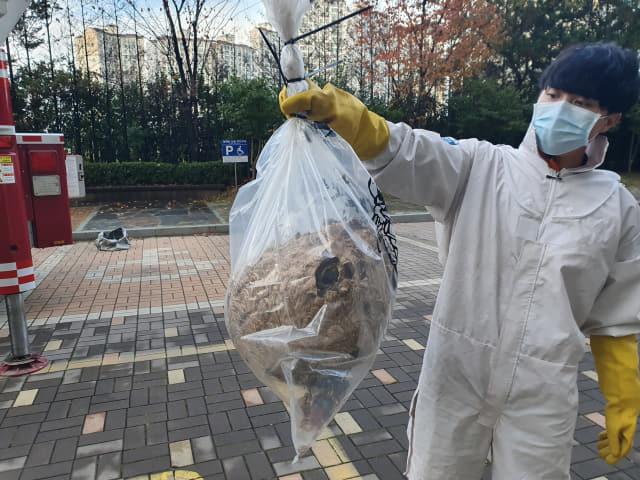 지난 13일 김해시 진영읍의 한 아파트에서 대형 벌집이 발견돼 소방대원이 제거한 후 들어 보이고 있다./김해서부소방서/