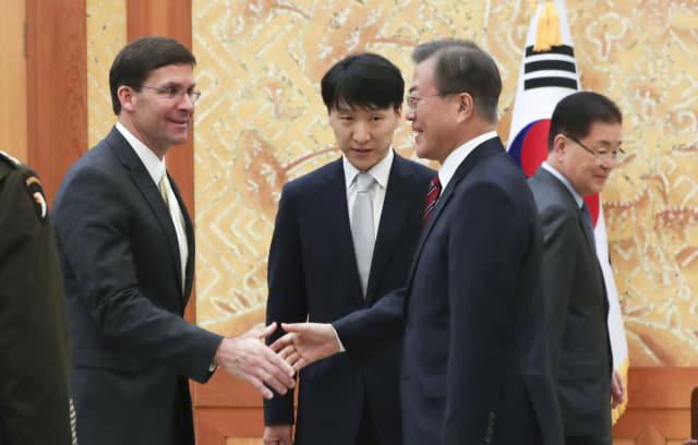 문재인 대통령이 15일 청와대에서 마크 에스퍼 미국 국방장관과 면담 전 인사를 하고 있다. 연합뉴스