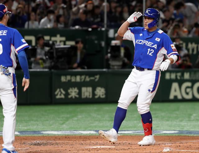 16일 일본 도쿄돔에서 열린 2019 세계야구소프트볼연맹(WBSC) 프리미어12 슈퍼라운드 한국과 일본의 경기. 3회 초 한국 황재균이 솔로 홈런을 날리고 홈을 밟으며 세리머니를 하고 있다. 연합뉴스