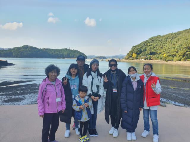 가족들의 손을 이끌고 산청에서 참가한 두 중국인 며느리 왕효화(오른쪽 네번째)씨와 호다혜(오른쪽 세번째)씨 가족.