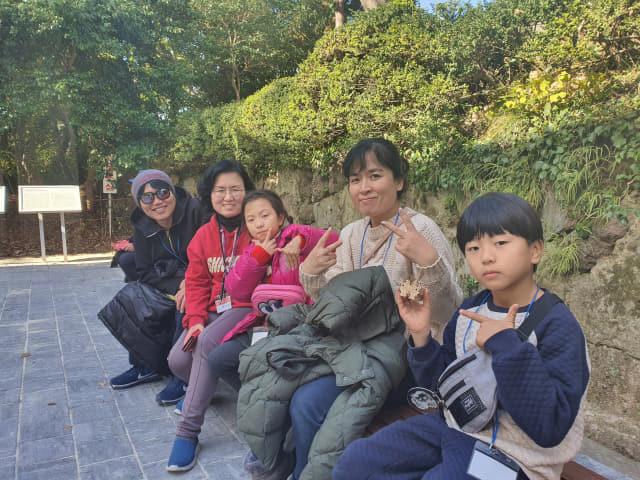한산대첩 승전지 해상 순례단에 참가하기 위해 멀리 경기도 군포에서 새벽길을 달려온 박선미 선옥씨 자매 가족.