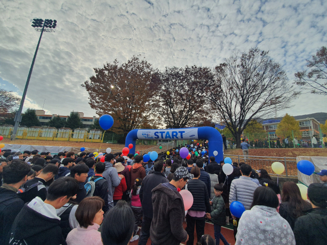 걷기대회에 참여한 삼성중공업 임직원과 가족들이 출발점을 지나고 있다. /삼성중공업/