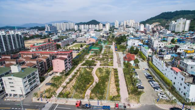 도시재생사업과 연계사업으로 변모하는 진영역사공원(왼쪽)과 진영구도심./김해시/