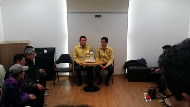 19일 김경수 지사와 강석주 통영시장이 통영시청 2청사에 마련된 대성호 실종자 가족대기실을 방문해 면담을 하고 있다.