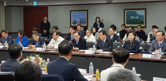 20일 사천의 한국우주항공산업 대회의실에서 열린 더불어민주당 항공우주산업발전위 위한 현장 최고위원회의에서 이해찬 대표가 인사말을 하고 있다. 허충호