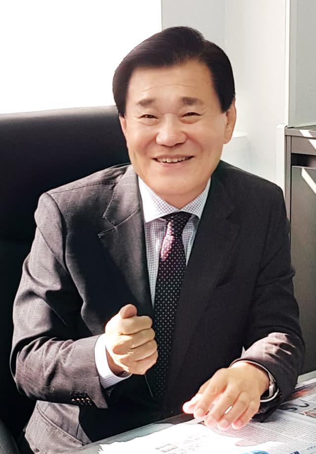 최효석 재경경남도민회장이 서울사무소에서 도민회 운영방향을 밝히고 있다.