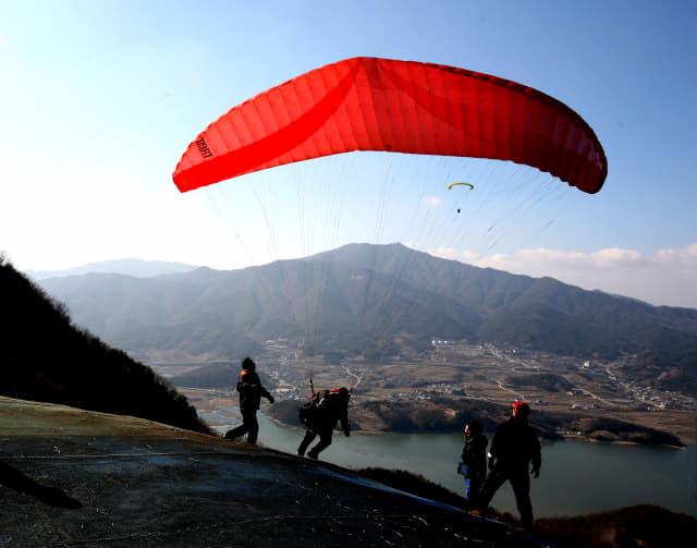 전북 완주군 경각산에 위치한 '패러글라이딩 활강장'에서 한 동호인이 하늘로 도약하고 있다./완주군/