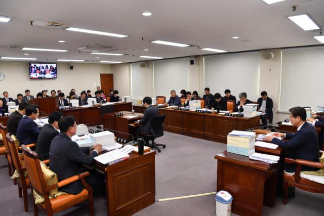 2일 열린 도의회 교육위원회에서 의원들이 '도교육청 조례 용어 일괄정비를 위한 조례안'을 심사하고 있다./전강용 기자/