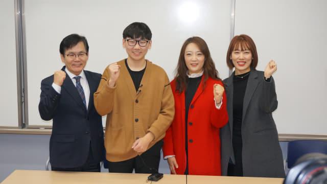 4일 김해외고에서 강무석(왼쪽부터) 교장, 송영준 학생, 서향미, 정해령 교사가 기념사진을 찍고 있다.