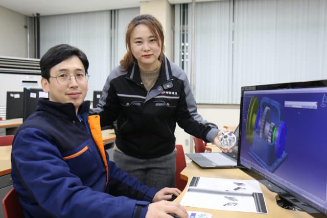 기계가공기능장을 취득한 강좌령(오른쪽), 유창민 부부.