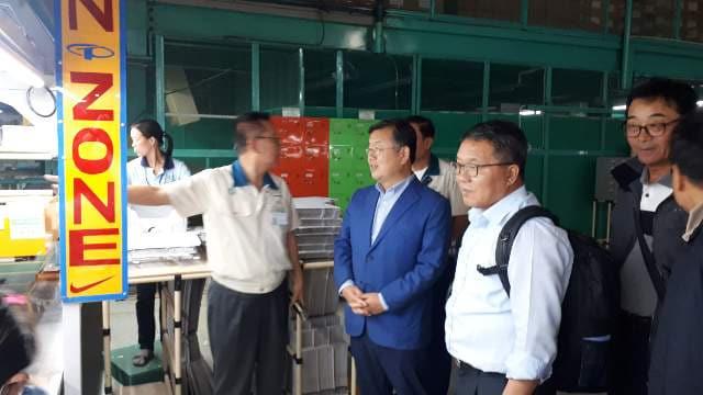 지난 5일, '밀양농산물 및 가공식품 수출 개척단'이 베트남 호치민시에 위치한 '태광비나&목바이' 공장을 방문해, 남형진 대표의 안내로 공장을 둘러보고 있다.