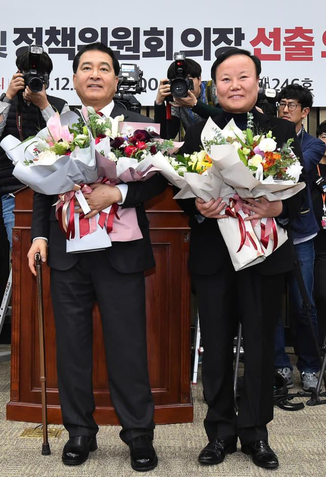 자유한국당 원내대표에 선출된 심재철 의원(왼쪽)과 신임 김재원 정책위의장이 9일 국회에서 열린 의원총회에서 축하 꽃다발을 받고 기뻐하고 있다. 연합뉴스