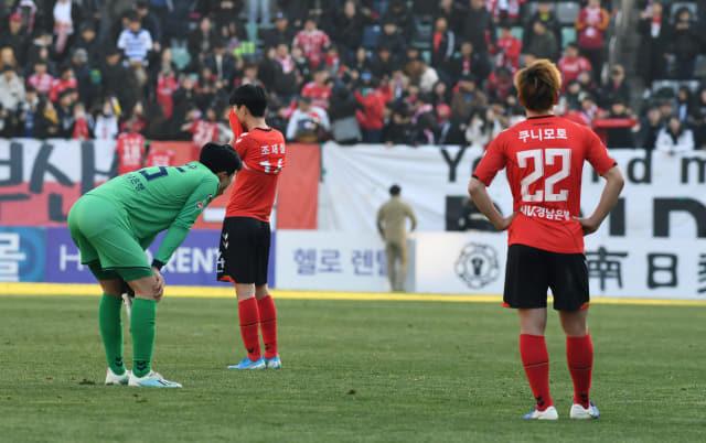 경남 FC 선수들이 지난 8일 오후 창원축구센터에서 열린 K리그1 2019 승강플레이오프 2차전 부산 아이파크와의 경기에서 패하자 아쉬워하고 있다./경남신문 DB/