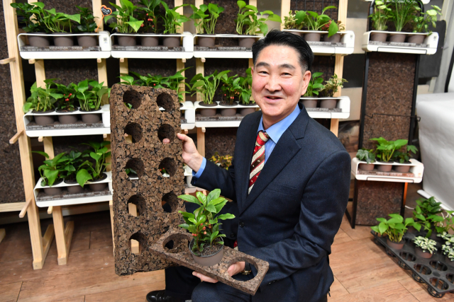 지난 3일 오후 ㈜한결코르크 정해룡 대표가 창원시 동읍 생산 공장에서 탄화코르크 제품을 내보이고 있다./전강용 기자/
