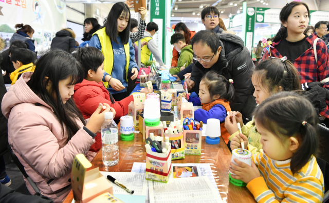 지난해 열린 경남교육박람회를 찾은 학생들이 다양한 전시, 체험관을 경험하고 있다./경남신문DB/