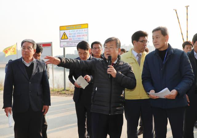 10일, 박일호 시장을 비롯한 간부공무원 20여명이 영남루 랜드마크사업장 현장을 시찰하고 있다.