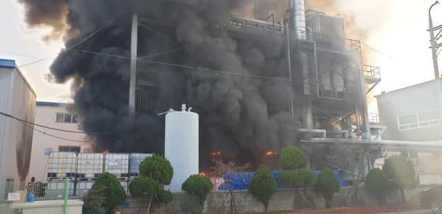 지난 13일 김해 주촌면의 한 폐유정제공장에서 화재가 발생한 모습./경남소방본부/
