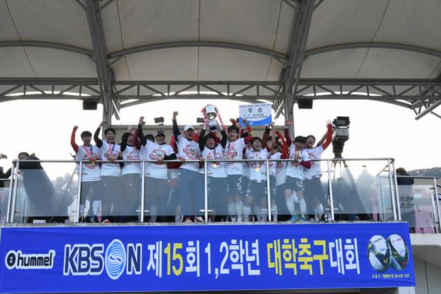 지난 1월, KBS N 제15회 1·2학년 대학축구대회에서 우승한 안동과학대가 기념촬영을 하고 있다.