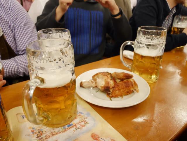 1ℓ라는 큰 잔과 알코올 6도 이상을 자랑하는 옥토버 페스트 맥주.