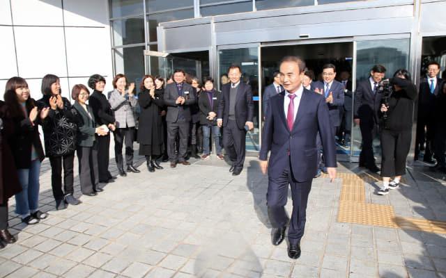 이현규 창원시 제2부시장이 13일 퇴임하면서 허성무 시장과 직원들의 배웅을 받고 있다./창원시/