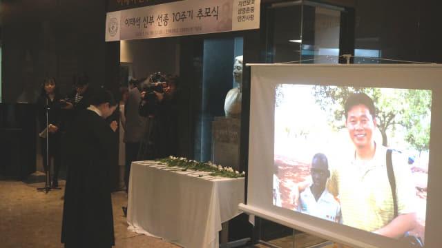 14일 오전 인제대에서 열린 고 이태석 신부 선종 10주기 추모식에서 한 참가자가 헌화 후 기도하고 있다.
