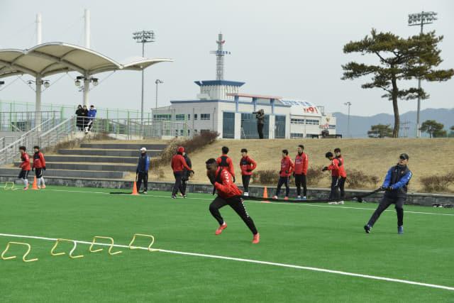 경남FC 네게바와 선수들이 태국 전지훈련을 하루 앞둔 13일 오전 함안스포츠파크에서 파워트레이닝 훈련을 하고 있다.