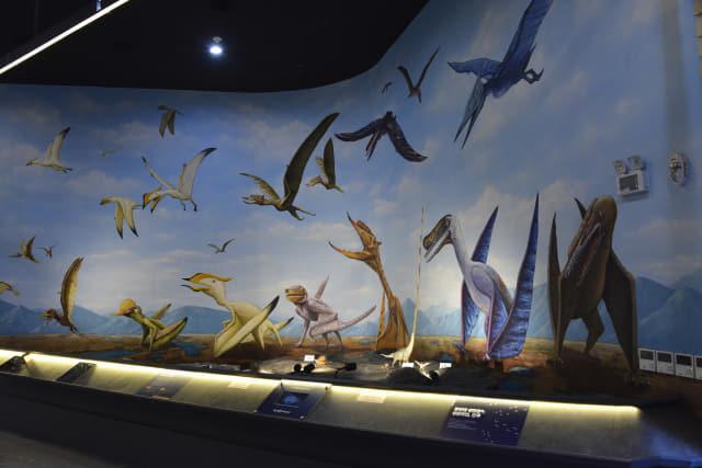 전시실에 그려진 공룡 그림.