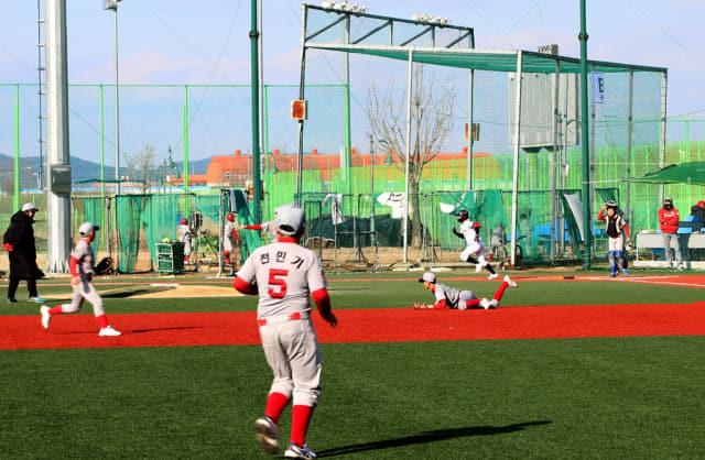 동계 전지훈련을 위해 함안군 칠서강나루터 야구장을 찾은 리틀야구 스토브 리그 선수들이 연습경기를 하고 있다./함안군/